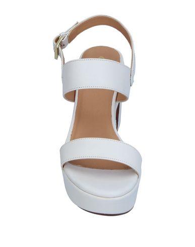 Фото 2 - Женские сандали CUOIERIA белого цвета