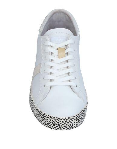 Фото 2 - Низкие кеды и кроссовки от D.A.T.E. белого цвета
