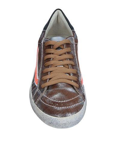 Фото 2 - Низкие кеды и кроссовки цвета хаки