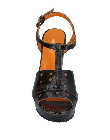 Фото 2 - Женские сандали AUDLEY черного цвета