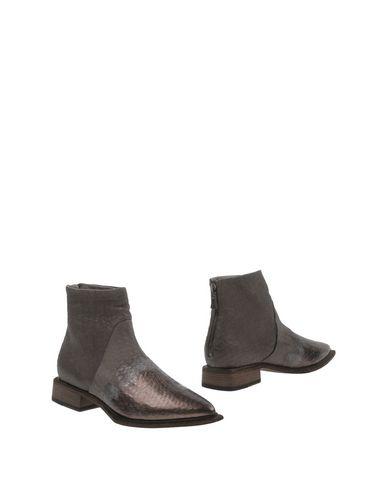 Фото - Полусапоги и высокие ботинки от VIC MATIĒ серого цвета