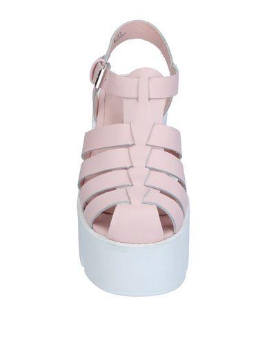 Фото 2 - Женские сандали WINDSOR SMITH розового цвета