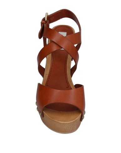 Фото 2 - Женские сандали  желто-коричневого цвета
