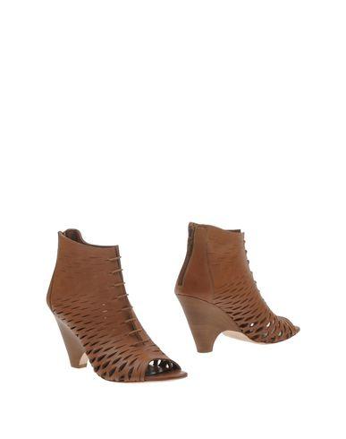 Фото - Полусапоги и высокие ботинки от BRYAN BLAKE коричневого цвета