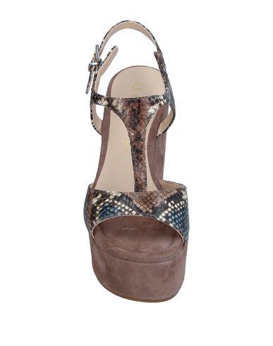 Фото 2 - Женские сандали  свинцово-серого цвета