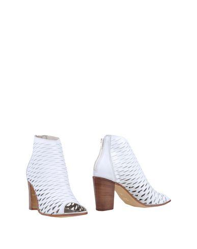 Купить Полусапоги и высокие ботинки белого цвета