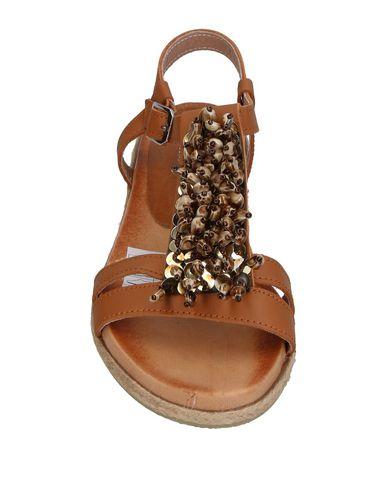 Фото 2 - Женские сандали STELE желто-коричневого цвета