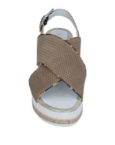 Фото 2 - Женские сандали  серого цвета
