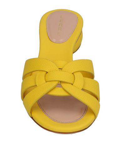 Фото 2 - Женские сандали LERRE желтого цвета