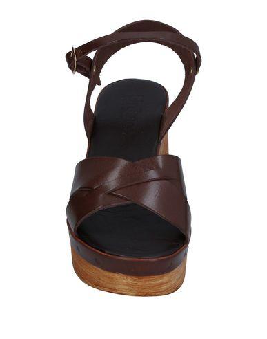 Фото 2 - Женские сандали UNLACE темно-коричневого цвета