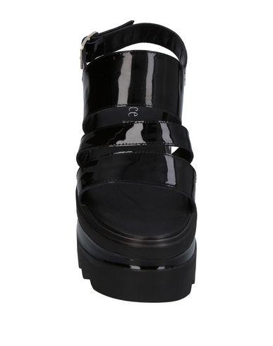 Фото 2 - Женские сандали UNLACE черного цвета