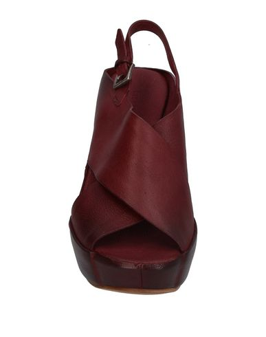 Фото 2 - Женские сандали  красно-коричневого цвета