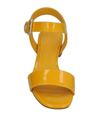 Фото 2 - Женские сандали STELLA SOFIA желтого цвета