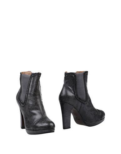Фото - Полусапоги и высокие ботинки от BIBI LOU свинцово-серого цвета