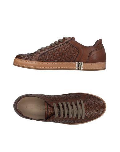 Купить Низкие кеды и кроссовки от FLORSHEIM коричневого цвета