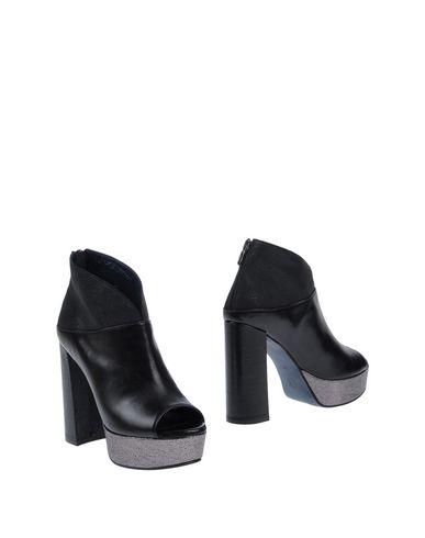 Полусапоги и высокие ботинки от ANDREA PINTO