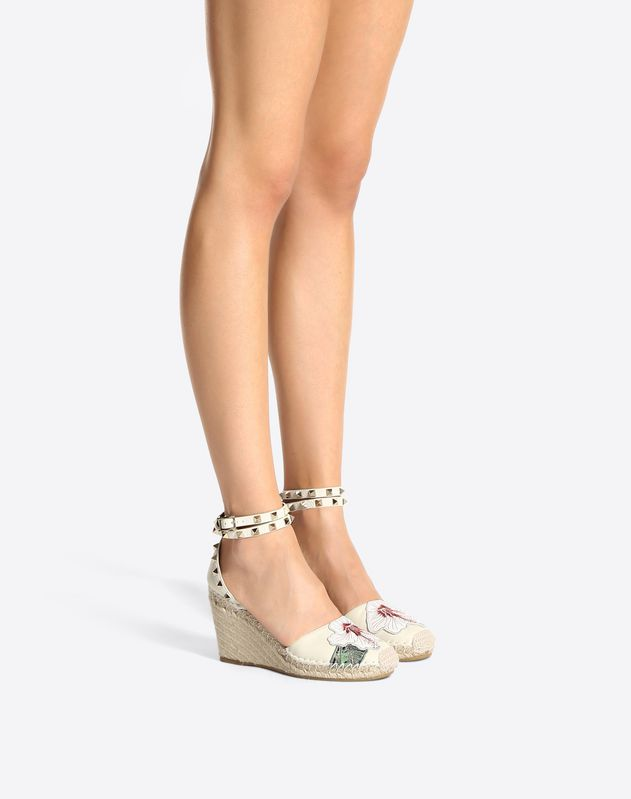 Rockstud Double wedge with embroidered hibiscus