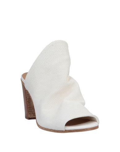 Фото 2 - Женские сандали LEMARÉ белого цвета