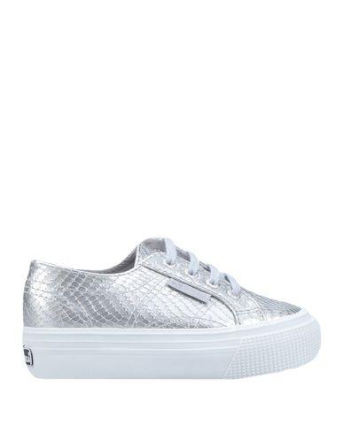 Фото - Низкие кеды и кроссовки от SUPERGA серебристого цвета
