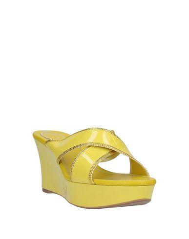 Фото 2 - Женские сандали  желтого цвета