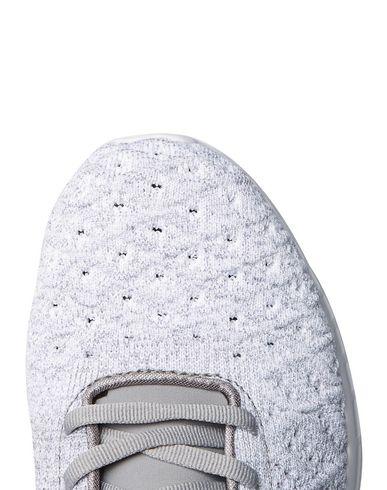 Фото 2 - Низкие кеды и кроссовки от APL® ATHLETIC PROPULSION LABS светло-серого цвета