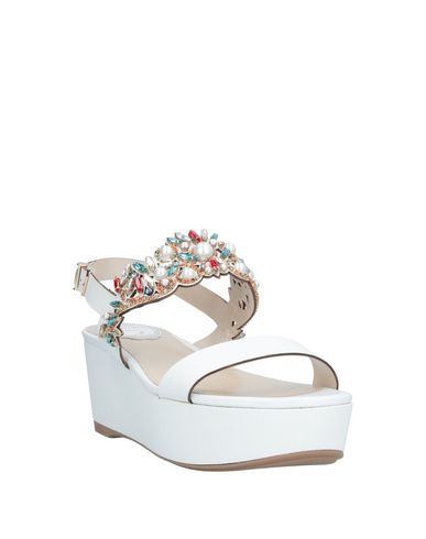 Фото 2 - Женские сандали  белого цвета