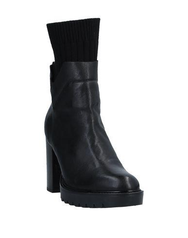 Фото 2 - Полусапоги и высокие ботинки от MALLY черного цвета