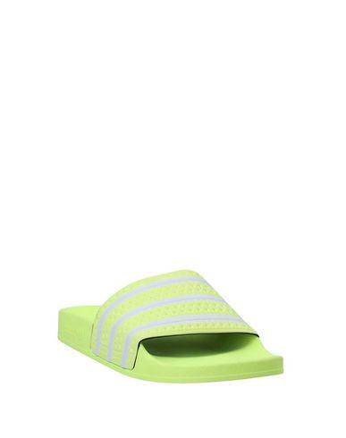 Фото 2 - Мужские сандали  желтого цвета