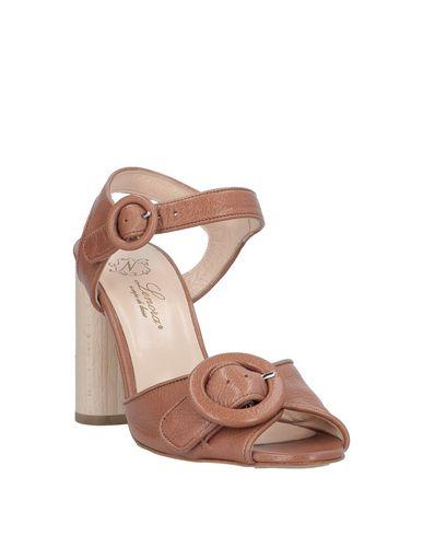 Фото 2 - Женские сандали LENORA коричневого цвета