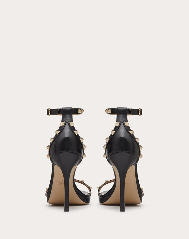 Sandales Valentino Garavani Rockstud en veau avec plateau. Talon : 110 mm