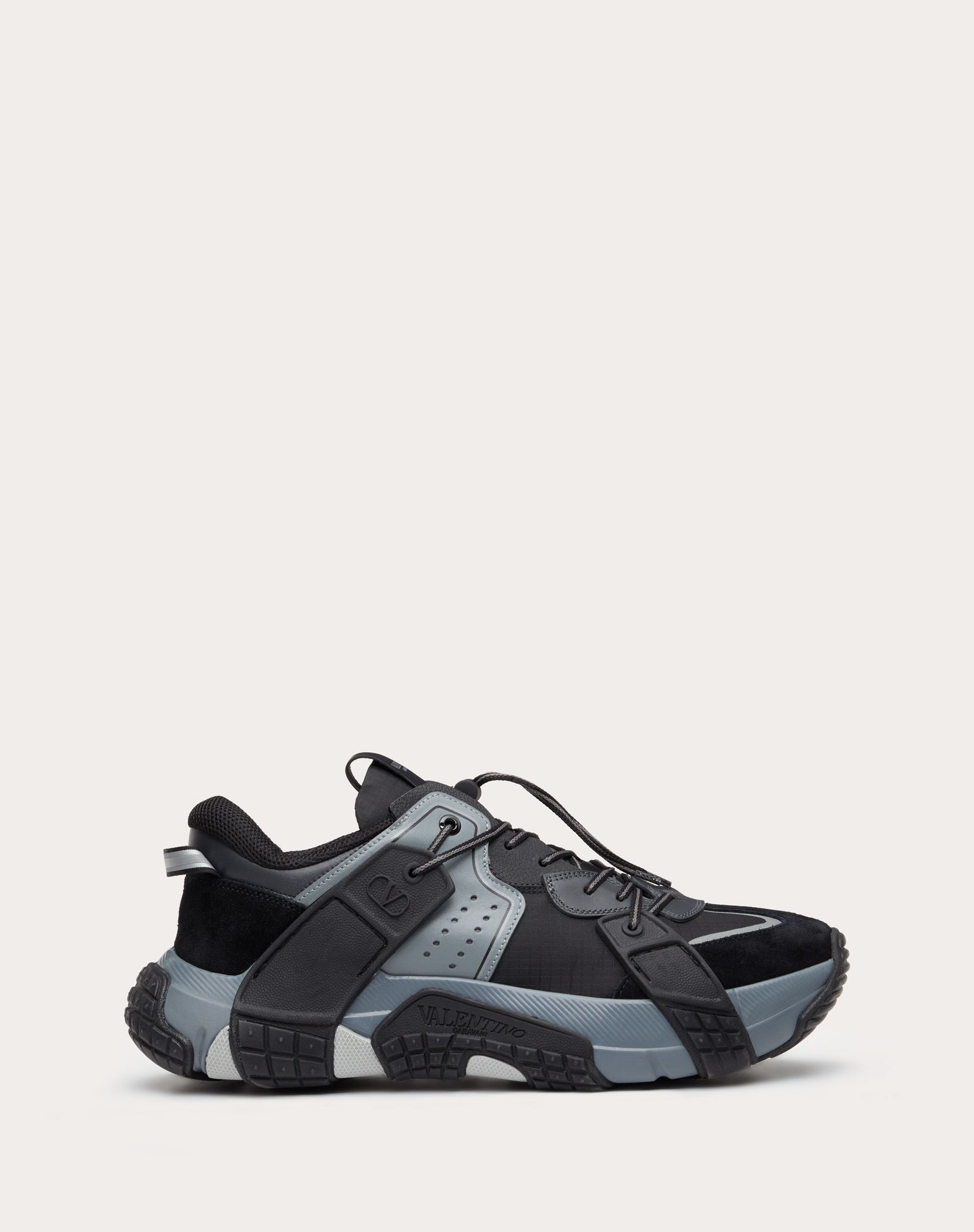 Sneakers VLTN WOD aus Textil, Kalbsleder und Wildleder.