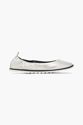 """DKNY حذاء باليه """"فيفي"""" من الجلد الاصطناعي اللامع لون ميتاليك"""