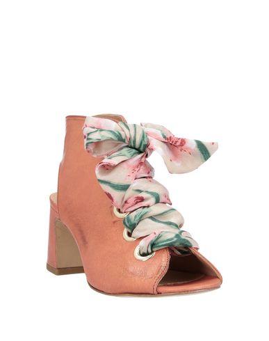 Фото 2 - Женские сандали LEMARÉ желто-коричневого цвета