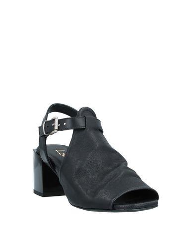 Фото 2 - Женские сандали LEMARÉ черного цвета