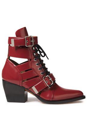 CHLOÉ حذاء بوت إلى الكاحل من الجلد اللامع مزيّن بإبزيم مع أجزاء مقصوصة