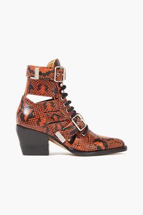 CHLOÉ حذاء بوت إلى الكاحل من الجلد بنقوش الثعبان مع أجزاء مقصوصة مزوّد بإبزيم