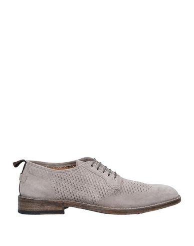 Обувь на шнурках.