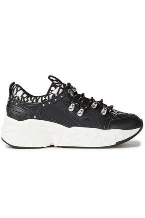 DKNY حذاء سنيكرز من الجلد الاصطناعي مطبع بشعار الماركة ومزيّن بالحلى المتلألئة