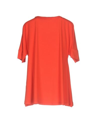 Фото 2 - Женскую футболку VDP COLLECTION красного цвета
