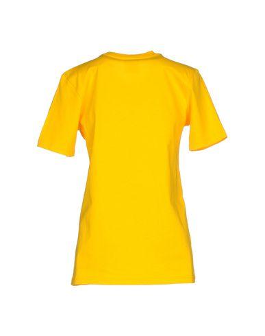 Фото 2 - Женскую футболку FOLLOW US желтого цвета