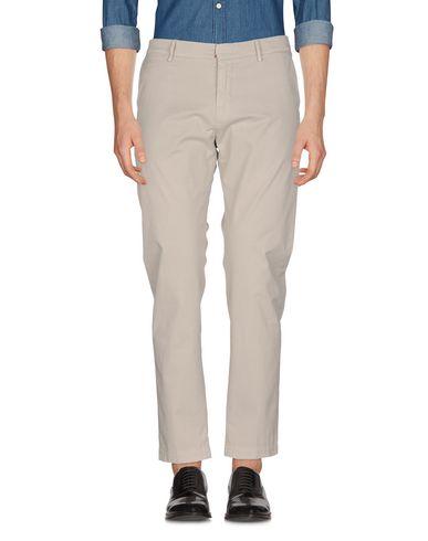 Фото - Повседневные брюки от MAISON CLOCHARD светло-серого цвета