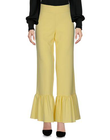 Фото - Повседневные брюки от HUITDEGRÉS желтого цвета