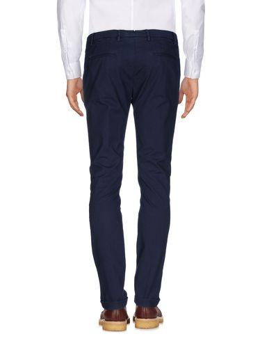Фото 2 - Повседневные брюки от MICHAEL COAL темно-синего цвета