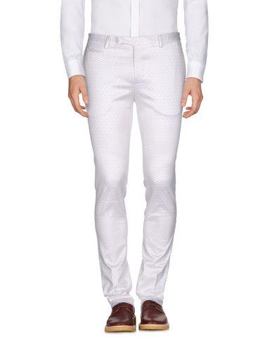 Фото - Повседневные брюки от BRIAN DALES белого цвета