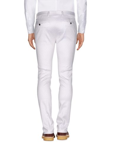 Фото 2 - Повседневные брюки от BRIAN DALES белого цвета