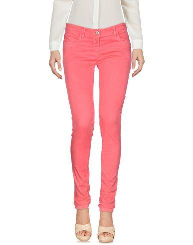 Фото - Повседневные брюки цвета фуксия