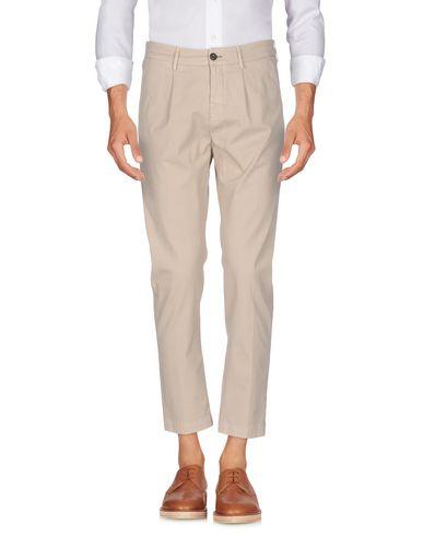 Фото - Повседневные брюки от MAISON CLOCHARD бежевого цвета
