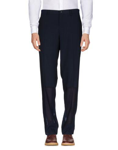 Фото - Повседневные брюки от ISSEY MIYAKE MEN темно-синего цвета