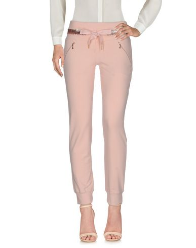 Фото - Повседневные брюки от VDP CLUB лососево-розового цвета