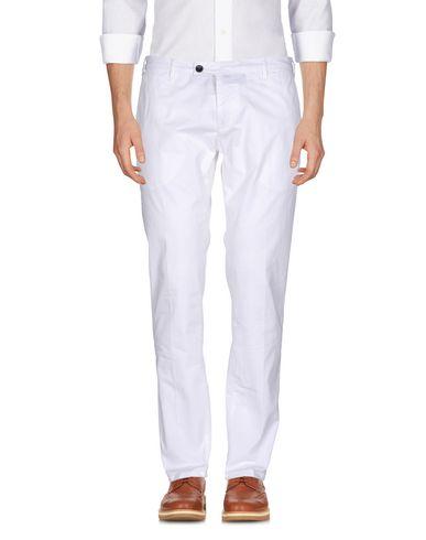 Фото - Повседневные брюки от MYTHS белого цвета